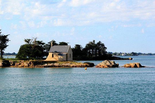 Au nord du Golfe du Morbihan, l?ile de Boëdic est une petite ile privée dépendant de la commune de Séné. Sa fameuse chapelle, à la pointe Ouest, sert de repère aux marins.