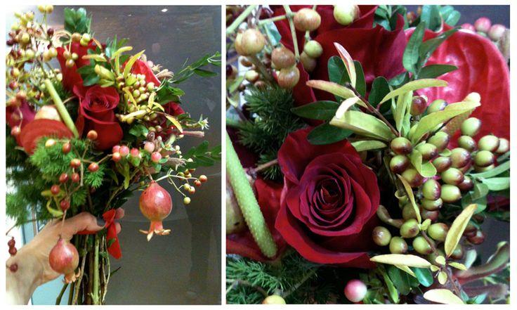 Red Flower bunch for Christmas. Christmas Bouquet. Mazzo di fiori Natale 2016. Decorazioni Natalizie Roma: www.laflorealedistefania.it #fioristaroma #decorazioninatale #laflorealedistefania #fattoamano #handmade #christamsdecorations #christmaswreath #christmas2016 #xmas2016 #homedecor #florist #flowerarrangements