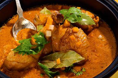 Pui cu sos de curry- Vrei sa iesi din monotonia clasicelor preparate din pui? Atunci avem o reteta speciala pentru tine. Chef Joseph Hadad ne-a impartasit secretul celui mai delicios sos de curry, ce se imbina perfect cu gustul fraged de carne de pui.