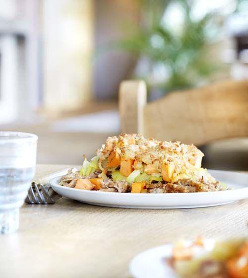 600 g vlees voor pita (beenhouwerij) (of diepvries) 4 preien 4 zoete aardappelen 100 g geraspte mozzarella 3 eetl. paneermeel 2 eetl. olijfolie 1 koffiel. tijm (gedroogd) nootmuskaat peper en zout