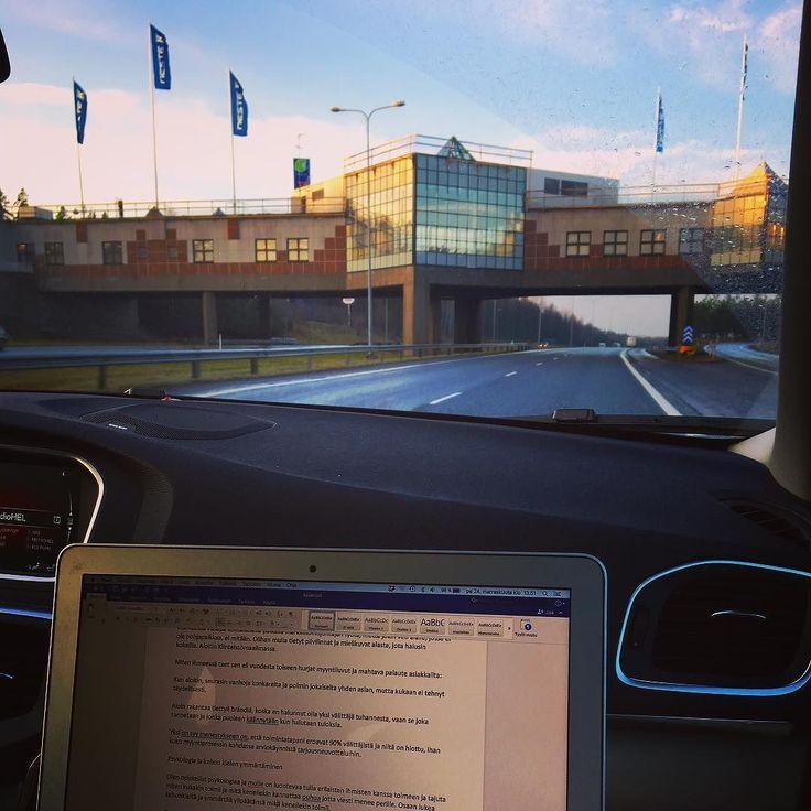 Aurinko! Katsokaa - sininen taivas! Etätoimisto on autossa matkalla Tampereelle. Viikonloppu. Ihan kohta.