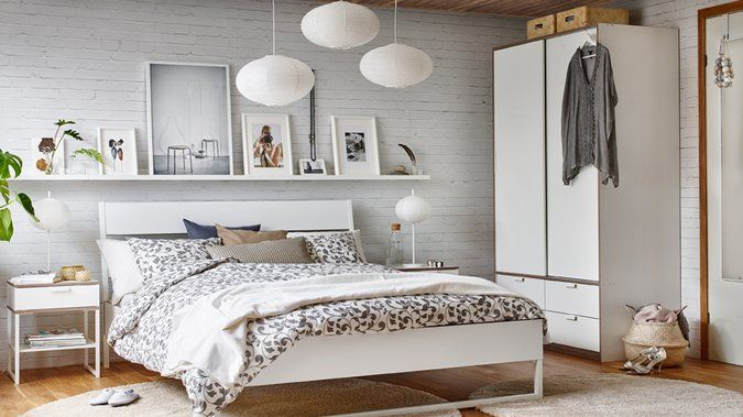 Tableau, miroir, guirlande lumineuse... il existe de nombreuses astuces pour décorer le mur au-dessus de son lit !  http://www.deco.fr/deco-piece/decoration-chambre-adulte/actualite-824684-decorer-mur-lit.html