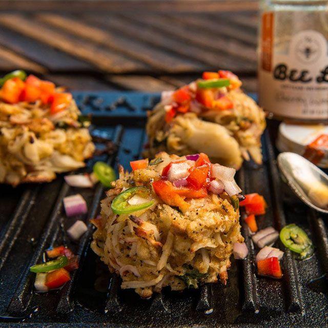 Lag saftige crab cakes på grillen din hjemme. God sommermat - grilloppskrifter fra BBQSHOP.NO