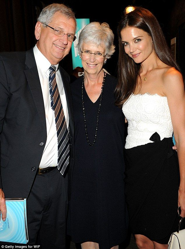 Katie's Holmes with her family (before marrying Tom Cruise) looking amazing, what's that poor girl been put through over the last 5 years?