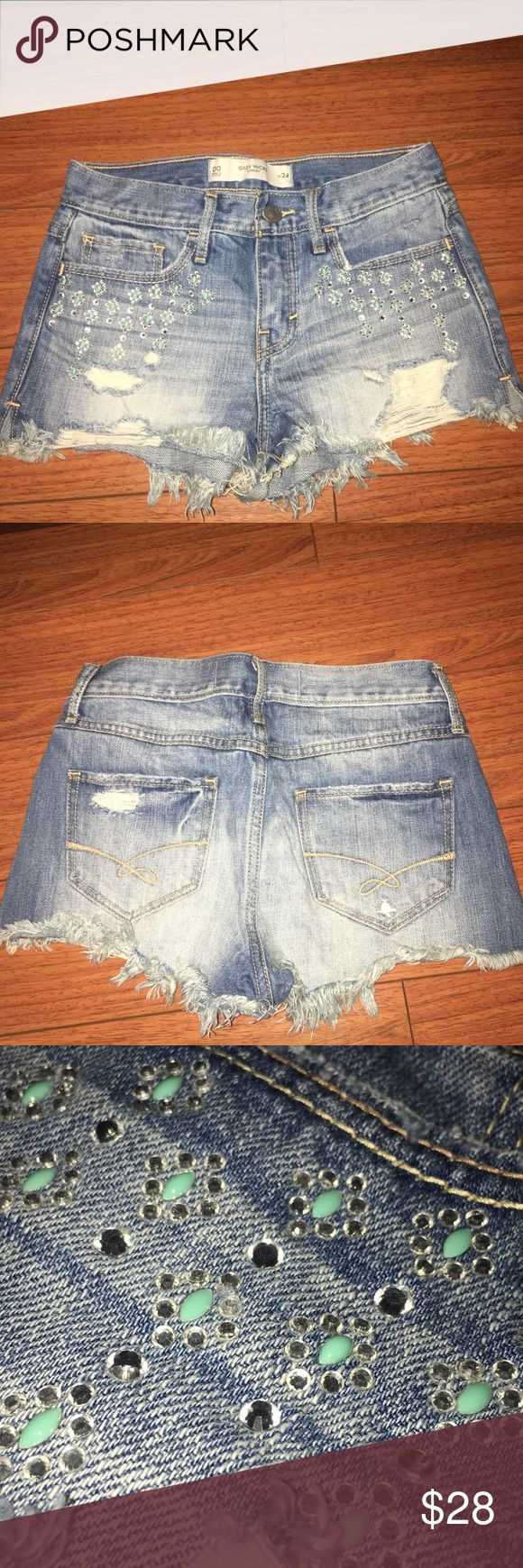 Jeweled embellished Gilly Hicks shorts These Gilly Hicks shorts are perfect for concerts or the beach! They have a cute embellished design on the front of the shorts with a few rips and fraying at the bottom. These are a mid to high rise shorts. ❗️❗️❗️FEEL FREE TO MAKE AN OFFER❗️❗️❗️ Gilly Hicks Shorts Jean Shorts