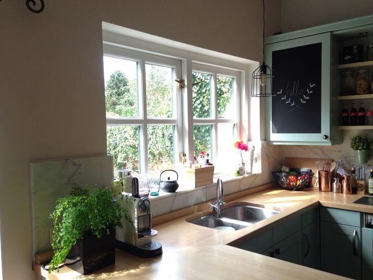 Keuken geverfd met F&B Teresa's green. Muur is Pink ground.