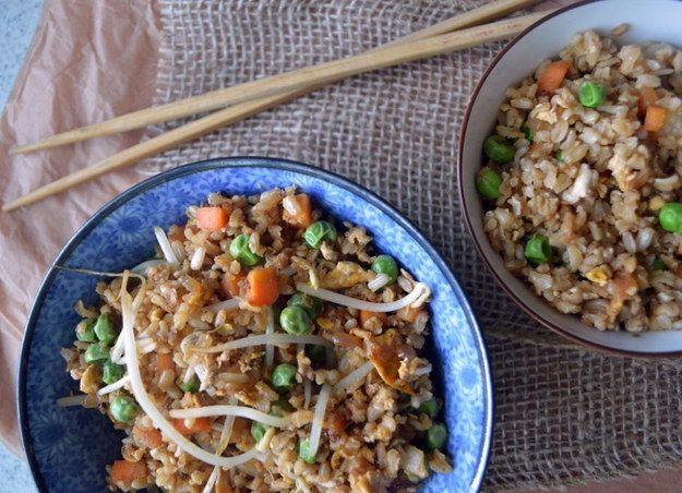 Un yakimeshi hecho en casa para satisfacer tus antojos de sushi. | 17 Recetas ricas y fáciles que puedes preparar en un sartén