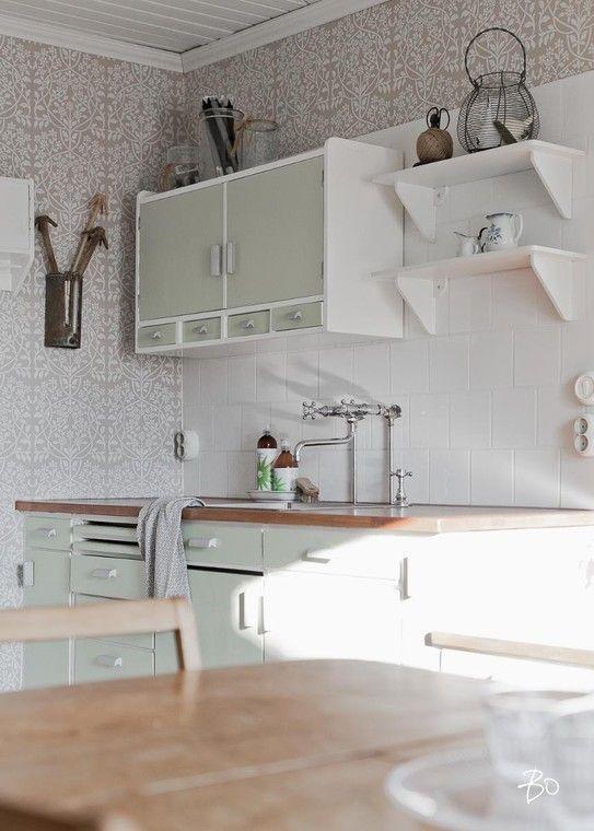 Ripaus vihreää maalaisromanttisessa keittiössä