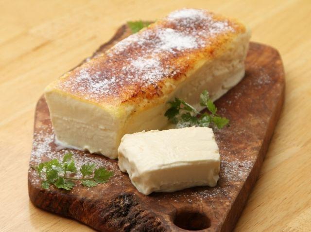 はちみつのカタラーナ - 飯嶋 優太シェフのレシピ。材料の合わせるタイミングとオーブンの温度と時間がコツです。
