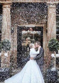 Ha az ember a téli időszakra gondol, előbb ugrik be neki a karácsony, és a szilveszter, mint egy esküvő. A legtöbb pár inkább a melegebb évszakokat választja, a nagy nap időpontjának. Talán éppen ezért annyira különlegesek a téli esküvők.  ...