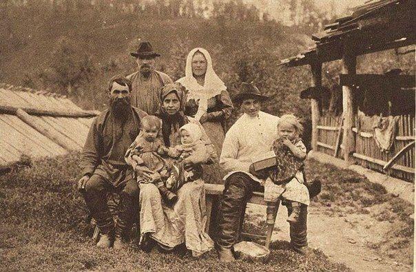 Семья староверов на р. Мане. Красноярский округ, Енисейская губерния. 1910