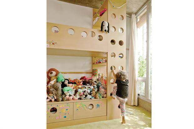 La camade los chicos tiene un lugar de juegos arriba, estantería y escritorio. La consigna: mínimo recurso,máximo resultado..