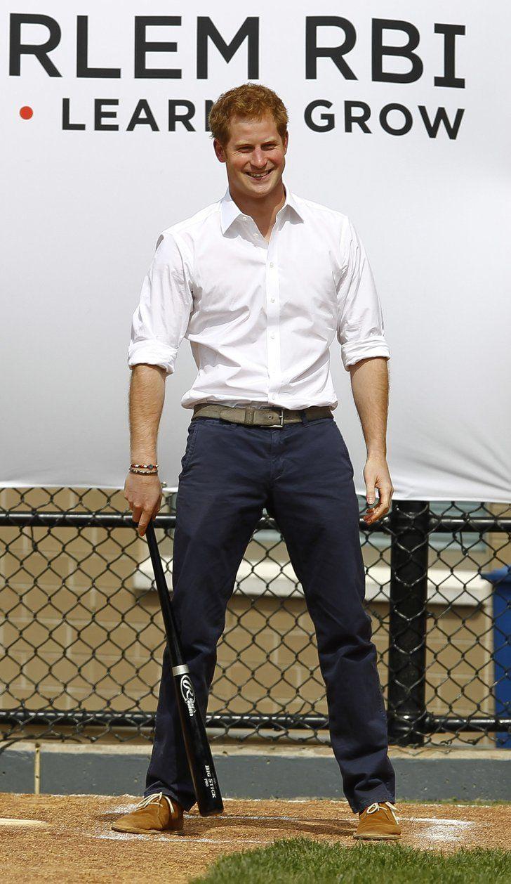 Pin for Later: Comment Harry S'est Transformé de Petit Garçon à Véritable Prince  Les muscles d'Harry sont bien ressortis pendant un match de baseball à New York enMai 2013.