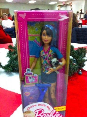 Te presentamos la nueva Barbie con vello, para que la puedas depilar | La muñeca se llama Shave whit me! (¡Aféitate conmigo!) y viene en su packaging con todo el kit para una rasurada perfecta. Además incluye un perrito de mascota.  [Fuente: Globedia]