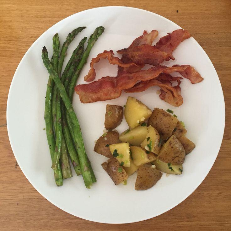 Espárragos sazonados con aceite de coco, papas al óleo y bacon.