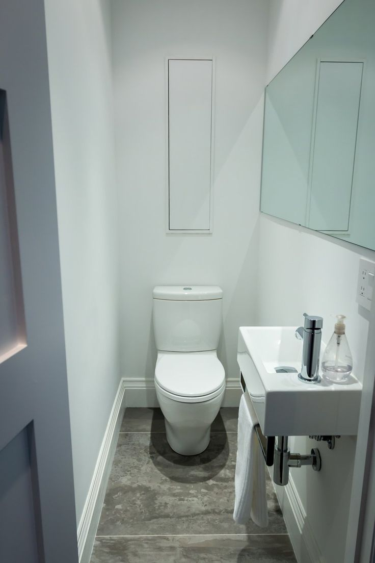 25 beste idee n over tiny half bath op pinterest for Smallest powder room size