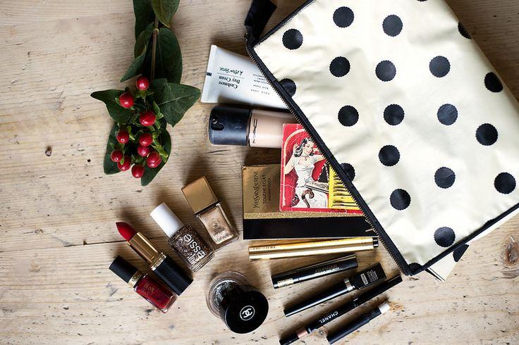 I Elsas makeupväska: dagcreme (& other stories), foundation (Mac i färgen 1.0), vintagehårnålar, touche eclat YSL, YSL-mascara från YSL, Isadora eyeliner, ögonskugga på penna i färgen Ambre doré från Chanel, vit ögonpenna från Mac, cremeögonskugga i färgen Épatant från Chanel, nagellack och läppstift från Lóreal, Essie-nagellack Summit of style, YSL-nagellack i färgen Dore Orfevre