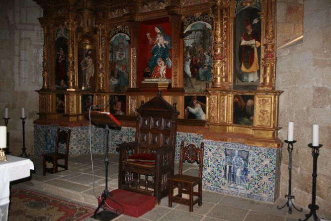 El Retablo de la Iglesia Templaria de San Pedro descansa sobre un banco decorado con panel de azulejería de Jan Floris.