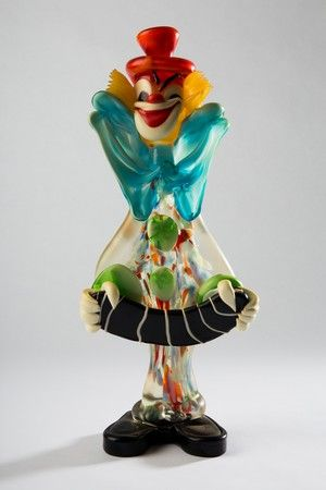 clownsfigur vermutlich murano glas stehende figur eines clowns mit abstrahiertem akkordeon. Black Bedroom Furniture Sets. Home Design Ideas