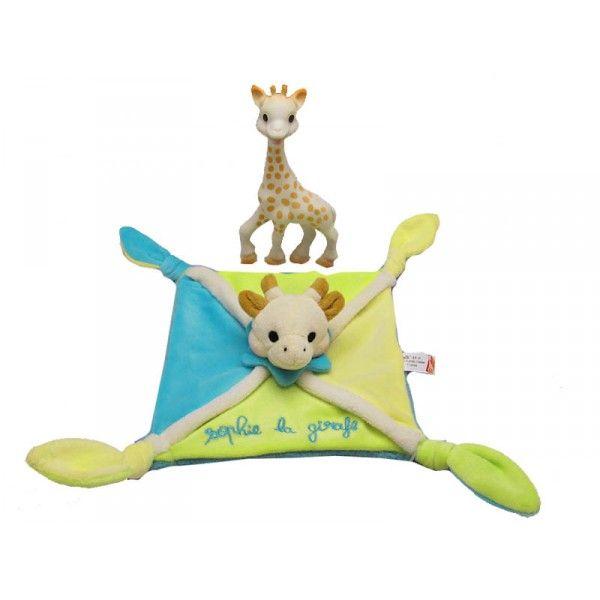 Incontournable, Sophie la girafe fait l'unanimité chez les bébés. Facile à saisir et à manipuler grâce à son long cou, à sa tête ronde et à ses grandes pattes présentée dans une boîte cadeau avec un magnifique doudou en velours doux brodé Sophie la girafe. Sophie la girafe est composée de caoutchouc naturel (comme la tétine du biberon) et de peinture alimentaire, bébé peut la mordiller sans danger.