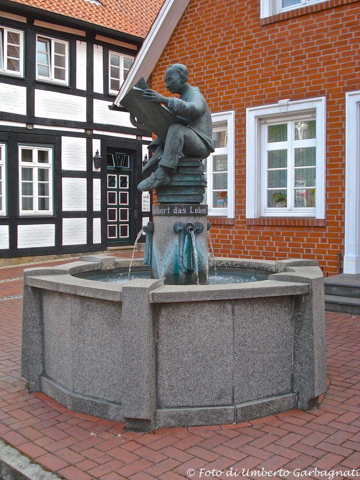 .... fontana con scultura in bronzo raffigurante un appassionato lettore di libri....Sulingen (D) - 29/06/2008 - © Umberto Garbagnati -