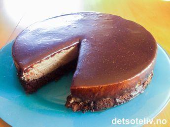 """Her har du en DRØM av en kake! """"After Eight drømmen"""" består av en saftig sjokoladekakebunn som dekkes med en vidundelig sjokolademousse med smak av mint, sjokolade og kaffe. Kaken dekkes med et tynt lag glasur som lages av mintsjokolade og kremfløte."""