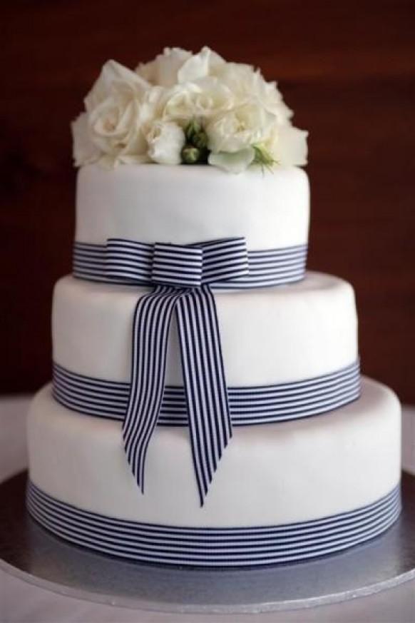 Weddbook ♥ 3-tier gâteau de mariage blanc fondant avec un arc bleu marine et blanc et de fleurs blanches cake topper. Gâteau de mariage classique   fondant niveau   topper arc