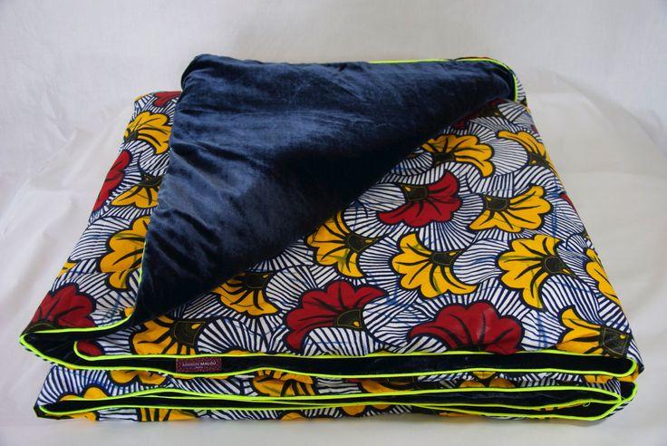 """-  Luxury Batiks - Courtepointe en tissu africain wax """"Fleur de mariage"""" et velours de soie bleu marine et passepoil fluo jaune. 115 x 240 cm"""