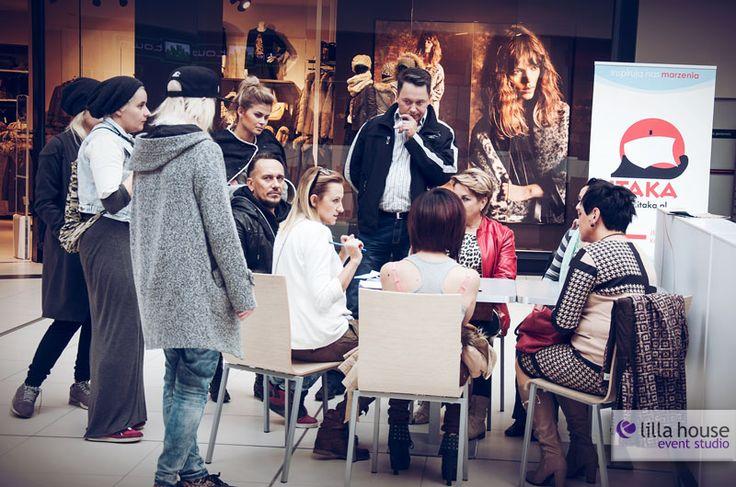 Jesienne Metamorfozy w Galerii Olimpia w Bełchatowie. Z uczestnikami pracowała stylistka Krysia Bajor, stylista fryzur Jacek Olejniczak, zaś piękne makijaże robiła Gosia Jakubowska. Nowe kreacje wizerunkowe nasi uczstnicy zaprezentowali podczas wielkiego finału. Na zdjęciu ostatnia odprawa przed finałem. #metamorfozy #fashion #wizerunek #kreacja #wizaż #makeup #session #hairstyle #olimpia #lilla #event #final #changes #gatta #douglas