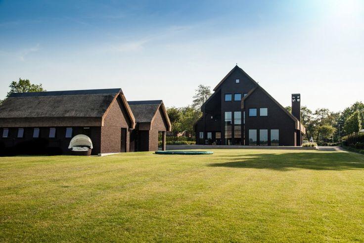 Wellnesstuin verbonden met het omliggende landschap  Kijk voor meer wooninspiratie op Walhalla.com/inspiratie