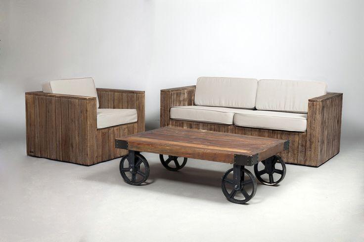 Pour donner une touche cosy et chaleureuse à votre stand professionnel ou pendant une exposition, un ensemble canapé et fauteuils, blanc et bois, ainsi qu'une table basse assortie.   #location #canapé #fauteuil #mobilier #stand   Référence: mobilier bois
