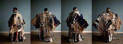 """Etienne-Martin, """"Le manteau"""" (1962), 250 cm x 230 cm x 75 cm. Matériaux : Métal, Toile de bâche, Tissus, Passementeries, Corde, Cuir. Acquisition : Don de l'artiste au Centre Pompidou (1973)"""