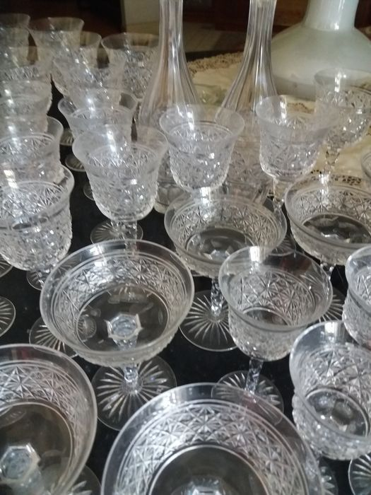 Uitgebreide gesneden kristal glas service tweede helft van de 20e eeuw  Prachtige kristal glas service tweede helft van de 20e eeuw. Handgekapte met diamond snijden. Een zeer kostbare veel. Bevat 11 glazen water 20 x 9 cm; 11 rode wijnglazen 19 x 8 cm; 12 witte wijnglazen 165 x 7 cm; 12 marsala (likeur) bril 15 x 6 cm; 9 glazen champagne cup 14 x 11 cm (1 is enigszins afgestoken); 2 kannen 23 x 11 cm; 2 flessen 29 x 10 cm; 1 crystal cap 4 cm.  EUR 1.00  Meer informatie