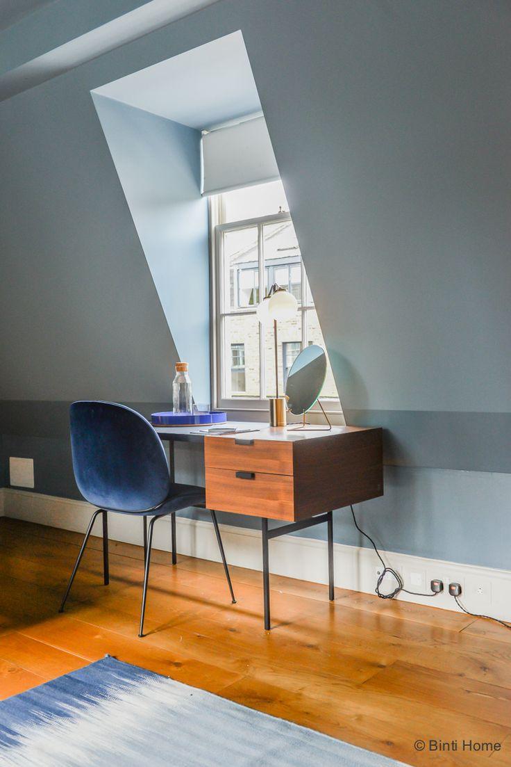 Slaapkamer inrichten met denim drift trendkleur fluweel stoel ©BintiHome