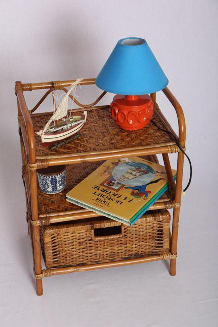 Petite table de nuit en rotin. Pratique avec son tiroir intégrée, elle peut également être utilisée en meuble d'appoint en bout de canapé.