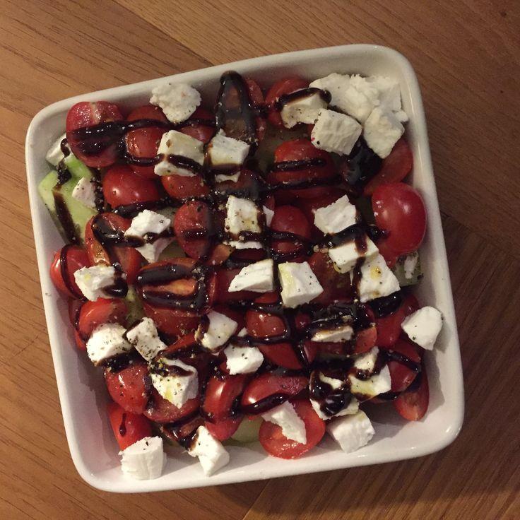 Tomaat, komkommer en geitenkaas salade met balsamico azijn, olijfolie, z&p