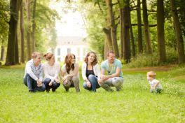 Fotoshoot-familie-gezellige-ongedwongen-gezin-bos-heiloooerbos-fotografie-Heiloo-Chantal-Tak-foto-familiefoto-Noord-Holland-fotograaf-kinderfotograaf_MG_3165-copy