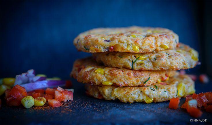 Små, farverige madbrød med majs, ost og purløg – lige til madpakken