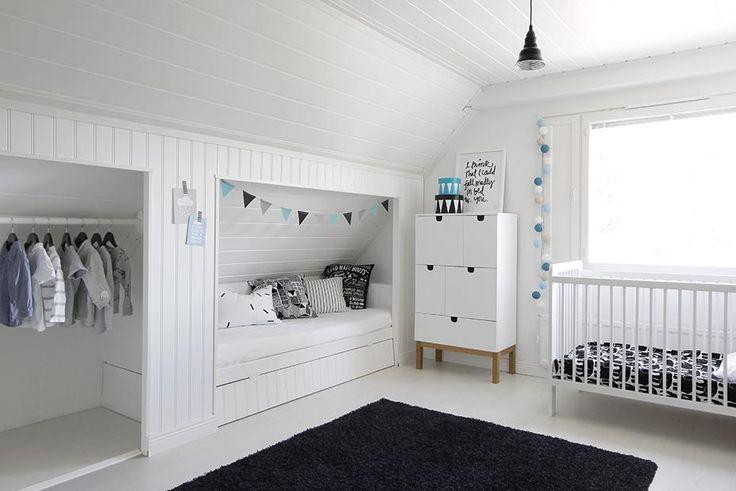 Lastenhuoneeseen on rakennettu kauniit ja kätevät syvennykset, joista toisessa on nukkumapaikka ja toisessa vaatetanko, johon saa ripustettua vaatteet kauniisti esille. Tämä koti on tuttu ihanasta Design Wash -sisustusblogista.