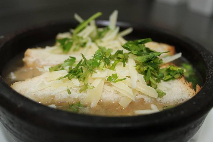 SOPA DE CEBOLLA   Caldo de carne al tomillo y perejil con estofado de cebolla acaramelada, gratinada con crutón y queso parmesano