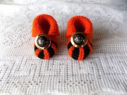 Chaussons hollandais appelés aussi chaussons citrouille tricotés main point mousse et jersey  Couleur :  orange (moins vif que sur photo = lumière ), rayure noire  Chaussons - 16507148