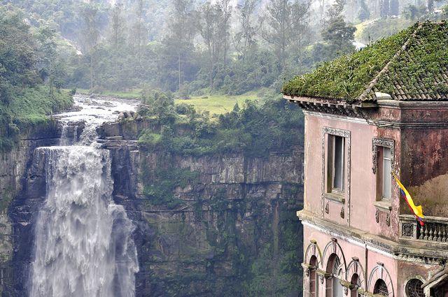 Los Dos Saltos (La Cascada y el Hotel)  Hotel del Salto.  Salto del Tequendama.  Cundinamarca. Colombia.  América del Sur - South America.