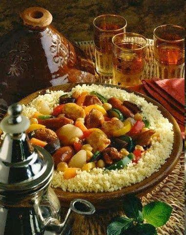Le couscous ce bon plat plein de saveurs est à l'origine un plat berbère qui consiste à marier de la semoule, des légumes variés (carotte, navet, pomme de terre, oignon, courgette…) et de la viande. La recette de base est la même, mais les versiosn changent d'une région à une autre et aussi d'une famille …
