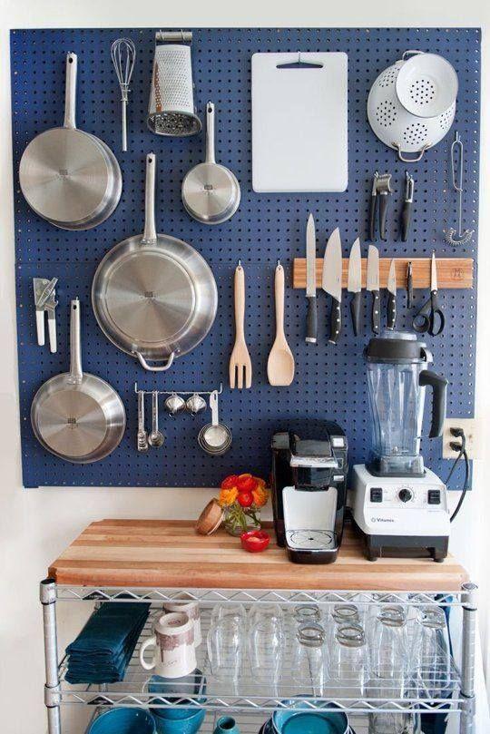 Handig! Zo heb je al je keukengerei altijd bij de hand. Je maakt het heel eenvoudig van gaatjesboard, gewoon te koop bij een doe-het-zelf zaak.