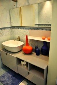 Mobile bagno color cenere lucido. [Antonio Lupi]