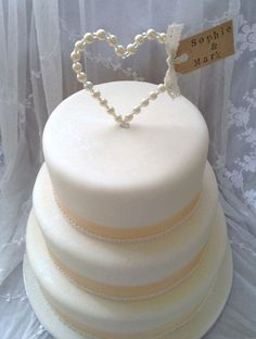 Topos de Bolo de Casamento: Coração de Pérolas Pode ser feito como os topos de arame de alpaca e pérolas de plástico encontradas em lojas para artesanato.