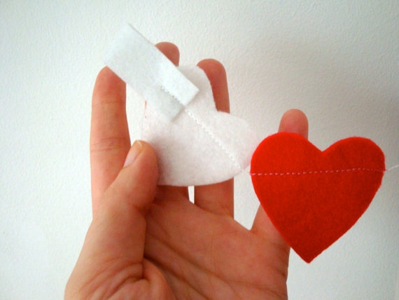 Mini Heart Garland // Red and White Felt by StampAndStitch on Etsy, £4.80