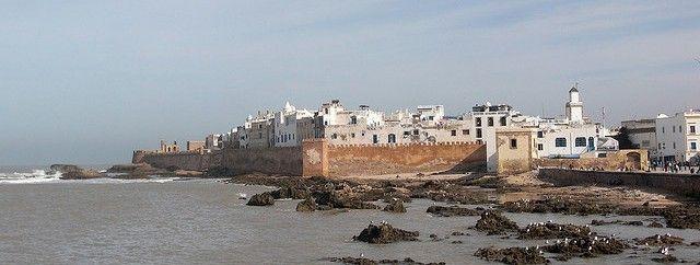 #Essaouira and the Atlantic Ocean. Morocco. Essaouira è una città tranquilla, raccolta, assai meno mediterranea e solare di quanto potresti aspettarti. A tratti appare come una città della Bretagna medioevale, in alcune zone un po' cupa. Qui Orson Welles girò l'Otello, per qualche tempo ci visse Jimi Hendrix, negli anni sessanta gli hippy fondarono una loro colonia. Da queste parti l'oceano non ha un aspetto invitante, più grigio che azzurro, l'acqua è ghiacciata.