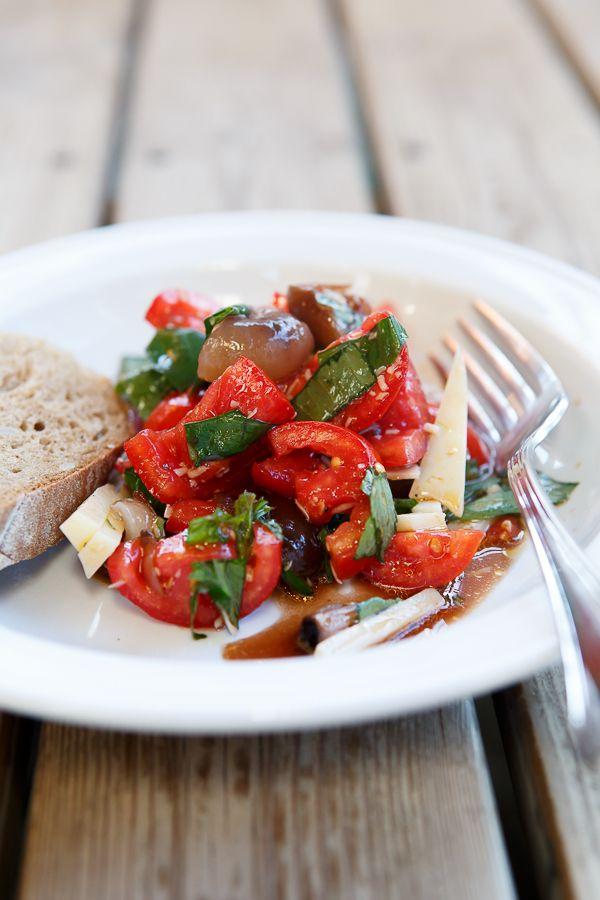 Vor jedem Italien-Trip gibt es einen Zeitpunkt, an dem ich mich auf die kleinen, in Aceto Balsamico di Modena eingelegten Zwiebelchen - die cipolle borettane - freue. Und als nächstes denke ich dann an diesen Salat.  Die cipolle borettane