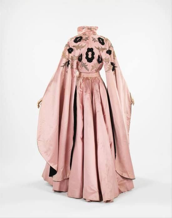 """Abito da sera delle sorelle Fontana, in seta e velluto con applicazioni in perline e paillettes del 1954 indossato da Ava Gardner nel film """"La contessa scalza""""(retro)"""